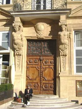 La façade de l'hôtel d'Agut occupe un coin de la place des Prêcheurs, à Aix-en-Provence