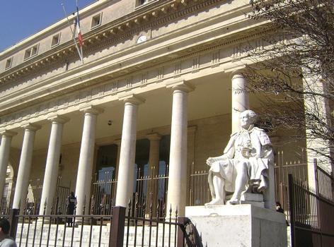 Le palais de Justice actuel (achevé en 1832) remplace l'ancien Parlement et Palais des Comtes, démoli à la fin du 18e siècle
