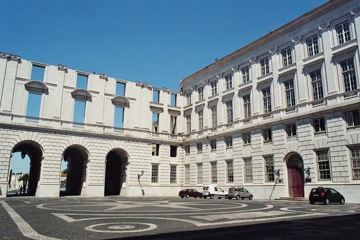 La cour intérieure et l'aile ouest (inachevée) du Palais national d'Ajuda (Lisbonne), transformé en musée