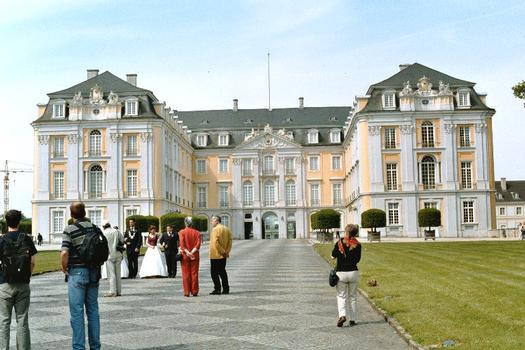 Façade principale du château d'Augustusburg à Brühl, construit à partir de 1726 pour l'archevêque de Cologne