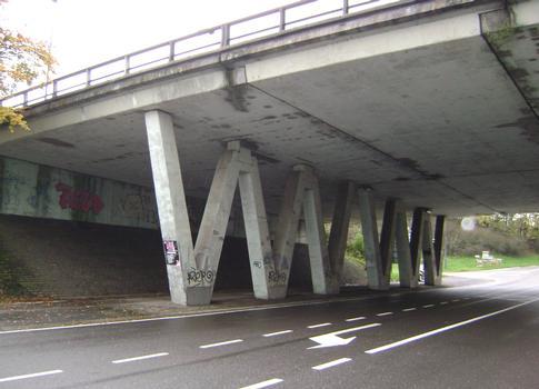 Le pont de l'autoroute A27 (E42) sur la rue du Trèfle à Chaineux, à la sortie Petit-Rechain