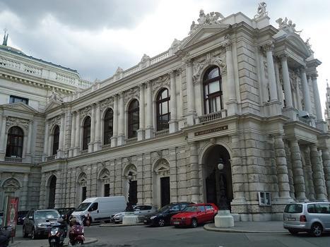 Le Burgtheater, face à l'hôtel de ville de Vienne
