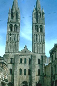 La façade principale de l'Abbaye-aux-Hommes à Caen (Calvados)