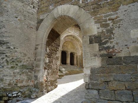 Le mur d'enceinte de l'abbatiale St-Pierre de Carennac