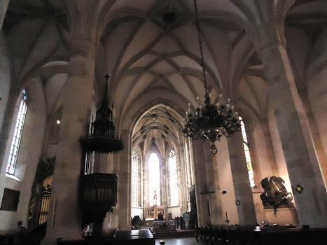 La nef et les voûtes de la cathédrale Saint-Martin de Bratislava