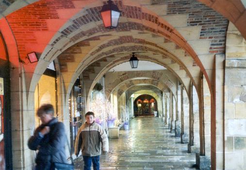 Les voûtes des arcades de la place Ducale à Charleville-Mézières