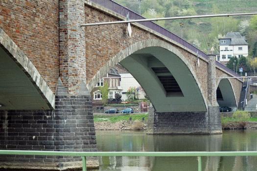 Le pont de Cochem, de trois travées, sur la Moselle
