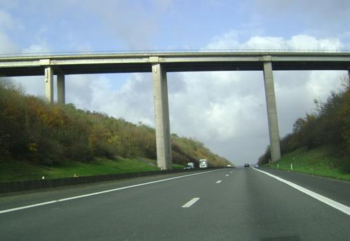 Brücke der N 929 über die Autobahn A 411 in Ciergnon