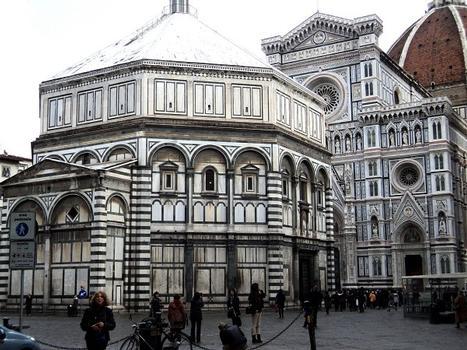 Le baptistère San Giovanni Battista, attenant à la cathédrale de Florence, de forme octogonale, construit vers l'an 1000 en style roman toscan.