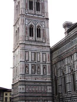 Le campanile de la cathédrale de Florence mesure 82 m de hauteur; il a été commencé par Giotto en 1334, poursuivi par Andrea Pisano et achevé en 1359