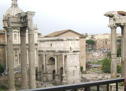 L'arc de Septime Sévère, sur le Forum romain, avec, en arrière-plan, la Curie (siège du Sénat antique)