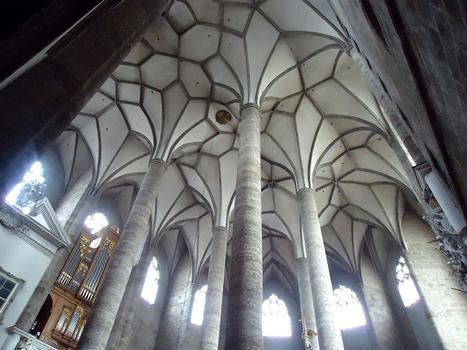 Le choeur gothique, de type voûte à palmiers (fins piliers et plafonds à nervures) contraste avec la nef romane basse et sombre de la Franziskanerkirche de Salzburg