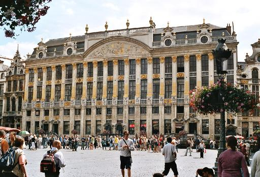 Grand Place de Bruxelles. La Maison des Ducs de Brabant (1698), composée, de gauche à droite de la Bourse, de la maison de la Colline (maison des 4 métiers: sculpteurs, ardoisiers, tailleurs de pierres et maçons), du Moulin à Vent (maison des meuniers), de la Fortune (maison des tanneurs), de l'Ermitage et de la Renommée. Le fronton est une allégorie de l'abondance