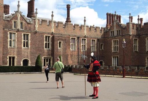 La façade de l'entrée principale du château de Hampton Court, de l'époque d'Henry VIII (première moitié du 16e siècle)
