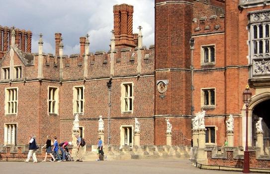 L'entrée principale (16e siècle) du château de Hampton Court, de style Tudor