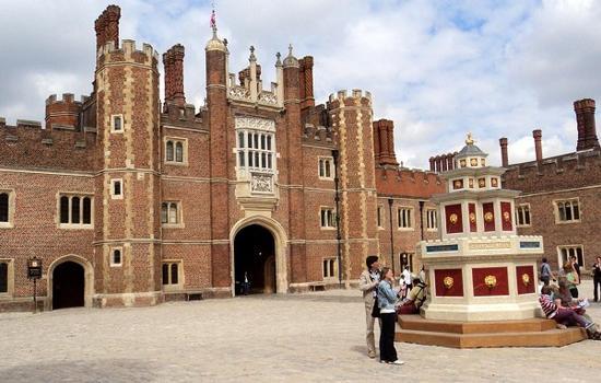 Les bâtiments d'époque Tudor entourant la première cour du château d'Hampton Court (Greater London)