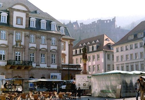 L'hôtel de ville de Heidelberg. Au fond, le château