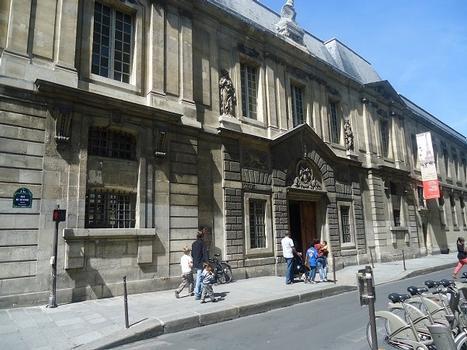 La façade de l'Hôtel Carnavalet, musée de l'histoire de Paris, rue de Sévigné (Paris 4e)