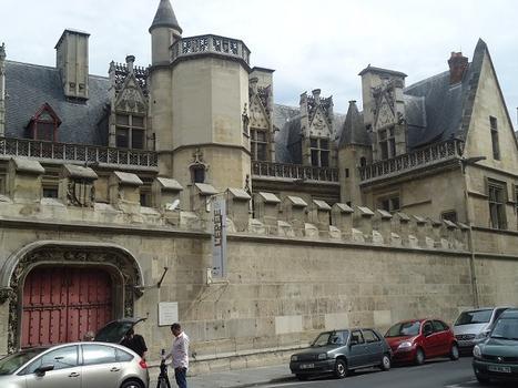 Le portail de l'Hôtel de Cluny (Musée du Moyen Age) du côté du square Painlevé (Paris 5e)