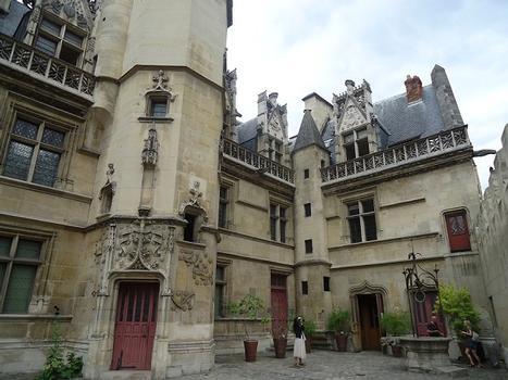 La cour intérieure de l'Hôtel de Cluny, côté square Painlevé