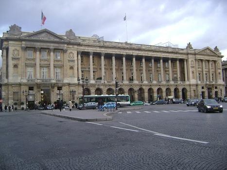 L'hôtel de Crillon, de style classique, occupe la partie nord de la place de la Concorde (Paris 8e)