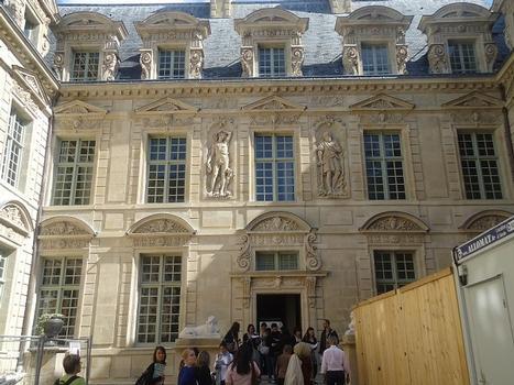 La cour intérieure de l'hôtel de Sully, côté rue Saint-Antoine (Paris 4e)