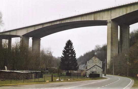Le viaduc de Huccorgne, sur l'E42 au nord de Huy