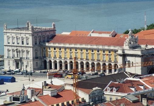 La place du Commerce (praça do Comercio), dans le quartier de la Baixa à Lisbonne, a été complètement reconstruite après le tremblement de terre de 1755