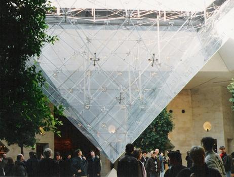 Invertierte Pyramide in Paris