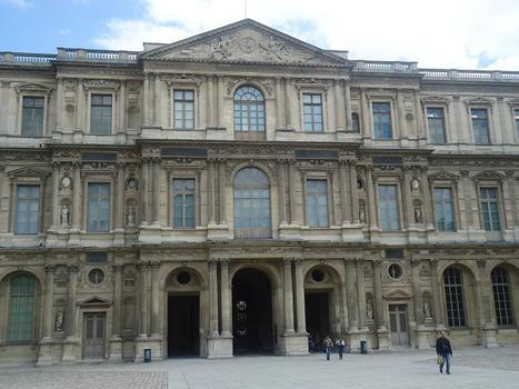 La cour carrée du Palais du Louvre date du 17e siècle (style classique)