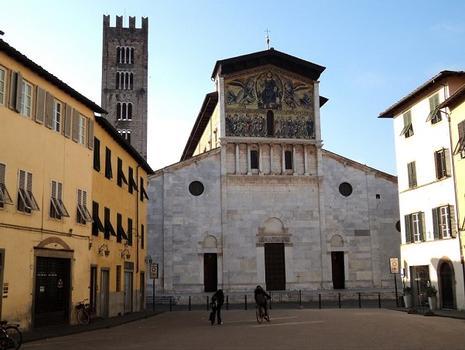 La façade et le campanile de l'église San Frediano, de style romano-pisan, à Lucca (Toscane)