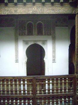 Les cours et terrasses menant à la zone des chambres des étudiants de la médersa Ben Youssef à Marrakech