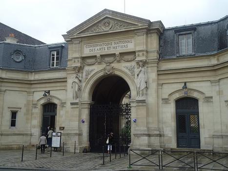 L'entrée du Conservatoire des Arts et Métiers, rue Saint-Martin (Paris 3e)