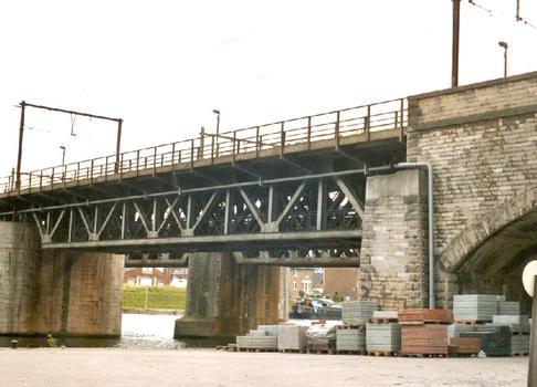 Le pont de Luxembourg, sur la Meuse, à Namur. Travées métalliques et piles de pierres