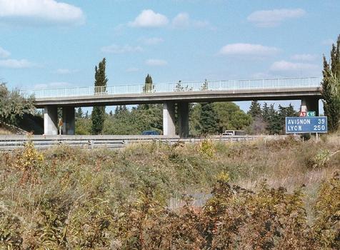 Le pont de la route de Saint-Gilles sur l'autoroute A9 (La Languedocienne) dans la Z.A.C. du Mas des Vignerons à Nîmes (Gard)