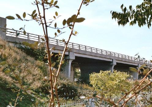 Le pont de l'avenue François-Mitterand sur l'autoroute A9 dans la Z.A.C. du Mas des Vignerons à Nîmes (Gard)