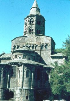 Le chevet de l'église (romane) d'Orcival (Puy-de-Dôme)