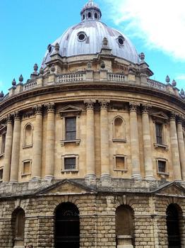 Radcliffe Camera (chambre de Radcliffe) est une bibliothèque et salle de lecture en forme de rotonde de style classique, voulue par le mécène Sir John Radcliffe au 18e siècle