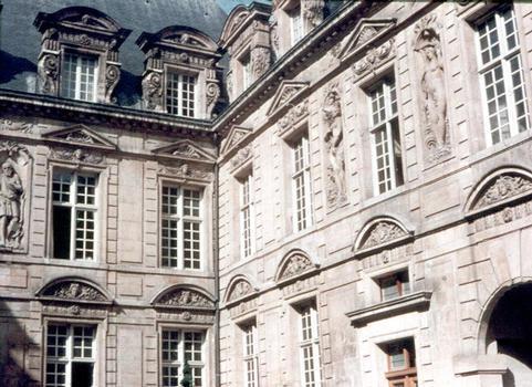 L'Hôtel de Sully, rue St Antoine (Paris 4e)