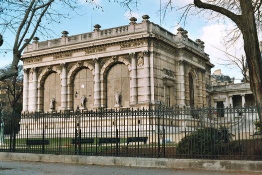Le palais Galliéra, avenue du Président Wilson (Paris 16e arrondissement), construit de 1878 à 1894 par l'architecte P-R. GINAIN, dans un style Renaissance, sur une structure métallique due à l'agence Eiffel, devenu Musée de la Mode