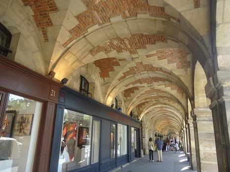 Les galeries sous les bâtiments de la Place des Vosges (Paris 4e)
