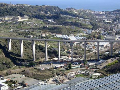 Le viaduc de Poggio, sur l'autoroute A10 entre San Remo et Taggia (Ligurie)