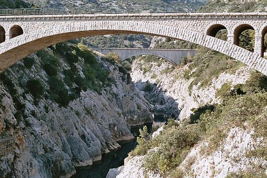 Le pont routier de Saint-Jean-de-Fos, sur l'Hérault, en amont du pont du Diable