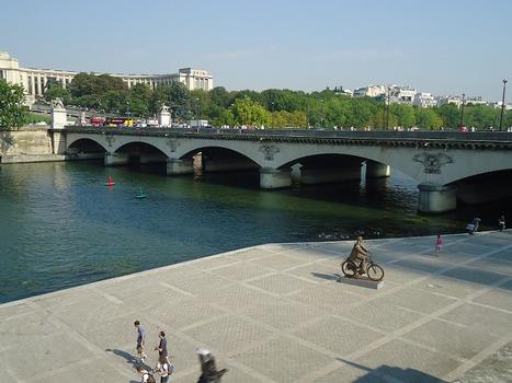 Le Pont d'Iéna, entre la tour Eiffel et l'esplanade du Trocadéro