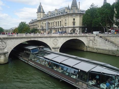 Le pont Saint-Michel, entre la place Saint-Michel et l'île de la Cité.