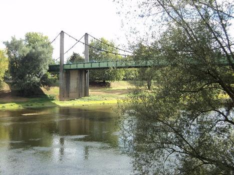 Le pont suspendu sur la Dordogne, entre Port-sainte-Foy et Sainte-Foy-la-Grande (Gironde)