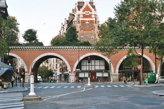 Le viaduc de la Promenade plantée, avenue Daumesnil, ancienne voie ferrée désaffectée (Paris 12e), passant ici au-dessus de la rue Traversière