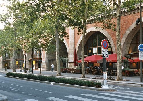 Le viaduc de la Promenade plantée, avenue Daumesnil (Paris 12e). Les arcades ont été transformées en magasins d'art, de luxe et d'antiquités