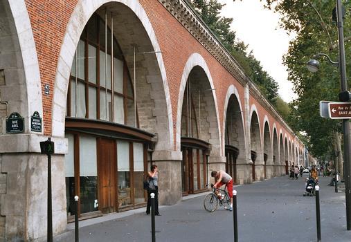 Le viaduc de la Promenade plantée, avenue Daumesnil, à Paris, est une ancienne ligne de chemin de fer à voie unique abandonnée et transformée en promenade piétonnière