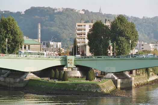 Le pont Pierre Corneille à Rouen franchit les deux bras de la Seine en aval de l'île Lacroix